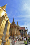 曼谷泰国- 1月03日:许多人民去盛大宫殿 库存照片