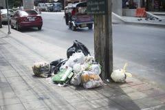 曼谷泰国7月18,2016 :在小径的垃圾袋在曼谷省,泰国,选择聚焦 免版税库存照片