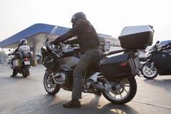 曼谷泰国- 1月8,2016 :在bmw摩托车的人骑马 免版税库存图片