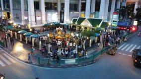 曼谷泰国- 8月29,2018 :在Ratchaprasong交叉点的四面佛在曼谷,泰国 股票录像