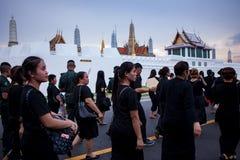 曼谷泰国- 10月5,2017 :泰国送葬者人佩带 免版税库存图片