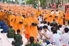 曼谷泰国- 9月08,2013 :许多人民给食物和 免版税库存照片