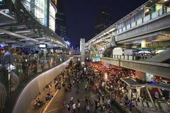 曼谷泰国Jan13 thail围攻由停工曼谷的政府抗议者和占领曼谷竞选在asoke BTS天空tr下 免版税库存图片