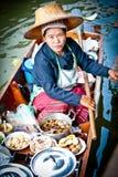 曼谷浮动的食物市场卖主妇女 免版税库存图片