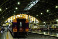 曼谷火车站华Lamphong在1916年被建立在意大利新新生样式,与装饰的木屋顶和污点 免版税库存图片