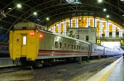 曼谷火车站华Lamphong在1916年被建立在意大利新新生样式,与装饰的木屋顶和污点 免版税图库摄影
