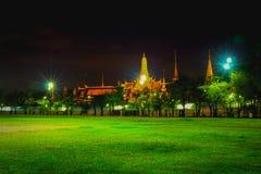 曼谷玉佛寺在nightime的曼谷 免版税库存照片