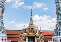 曼谷玉佛寺寺庙的红色和绿色巨型监护人 免版税库存照片