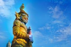 曼谷玉佛寺的邪魔监护人-鲜绿色菩萨寺庙在曼谷,泰国 免版税库存照片