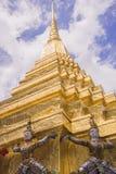 曼谷玉佛寺的邪魔监护人-鲜绿色菩萨寺庙在曼谷 库存照片