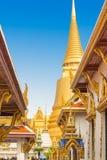 曼谷玉佛寺金黄塔在有太阳的曼谷 免版税库存照片