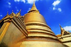 曼谷玉佛寺金黄塔在泰国 图库摄影