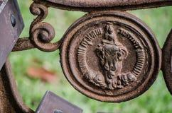 曼谷符号象`的乘坐大象`浅浮雕艺术品的天使在老生锈的金属表面 图库摄影