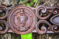 曼谷符号象`的乘坐大象`浅浮雕艺术品的天使在老生锈的金属表面 库存照片