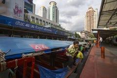 曼谷繁忙的小船巡航 图库摄影