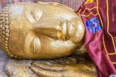 曼谷菩萨金子pho斜倚的雕象泰国wat 免版税图库摄影