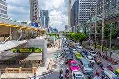 曼谷营业所大厦与干净的路的城市视图在Sathon路chong nonsi驻地 图库摄影