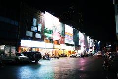 曼谷街道在晚上 免版税库存图片