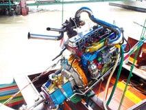 曼谷速度小船在昭拍耶河修改了有五颜六色的正极化的金属马达零件的汽车引擎 库存照片