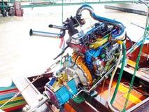 曼谷速度小船在昭拍耶河修改了有五颜六色的正极化的金属马达零件的汽车引擎 库存图片