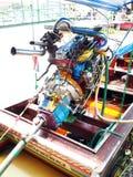 曼谷速度小船在昭拍耶河修改了有五颜六色的正极化的金属马达零件的汽车引擎 免版税图库摄影