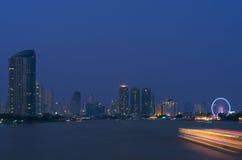 曼谷都市风景。曼谷在暮色时间的河视图。 库存照片
