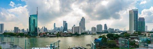 曼谷都市风景全景视图与昭拍耶河的在一阴天,看从Iconsiam Bui 免版税图库摄影