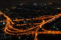 曼谷都市风景在与复杂高速公路连接点的晚上 免版税库存照片