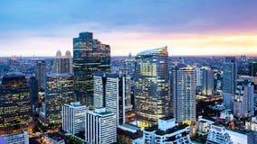 曼谷都市风景,有高大厦的商业区在黄昏 免版税库存照片
