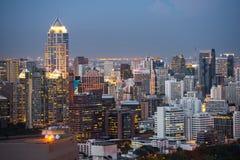 曼谷都市风景,有高大厦的商业区在黄昏 库存照片