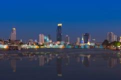 曼谷都市风景 曼谷在暮色时间的河视图 免版税库存照片