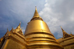 曼谷金黄全部宫殿stupas泰国 图库摄影