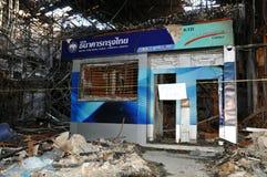 曼谷银行火被毁坏的拒付红色衬衣 免版税库存图片