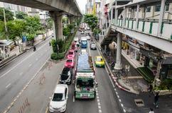 曼谷,交通在Thanon Sukhumvit 免版税库存照片