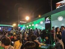 曼谷,泰国–2018年12月4日:啤酒在街道的庭院节日,问题是许多人等待 免版税库存照片
