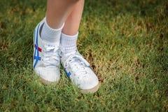 """曼谷,泰国†""""2018年8月30日:穿Onitsuka老虎鞋子的女孩 库存照片"""