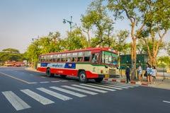 曼谷,泰国, 2018年2月08日:一些公共交通工具室外看法,在城市的路的红色公共汽车在曼谷 免版税库存照片