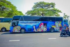曼谷,泰国, 2018年2月08日:一些公共交通工具室外看法,在城市的路的蓝色公共汽车在曼谷 库存图片