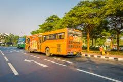 曼谷,泰国, 2018年2月08日:一些公共交通工具室外看法,在城市的路的黄色公共汽车在曼谷 免版税库存照片