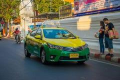 曼谷,泰国, 2018年2月08日:公共交通工具,在城市的路的出租汽车室外看法在曼谷 免版税库存图片
