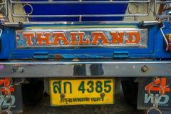 曼谷,泰国, 2018年2月08日:关闭在一条路的单轮tuk tuk出租汽车在Khao圣地区, tuk tuks 库存照片