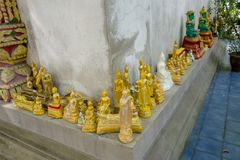 曼谷,泰国, 2018年3月06日:关闭在寺庙的小金黄budhas在曼谷 免版税库存照片