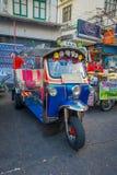 曼谷,泰国, 2018年2月08日:单轮tuk tuk出租汽车室外看法在一条路的在Khao圣地区, tuk 图库摄影
