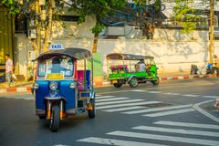 曼谷,泰国, 2018年2月08日:单轮tuk tuk出租汽车室外看法在一条路的在Khao圣地区, tuk 免版税图库摄影
