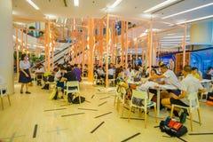 曼谷,泰国, 2018年2月02日:吃在一家食品店的未认出的人民一lucnh在泰国模范购物里面 免版税图库摄影