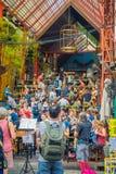 曼谷,泰国, 2018年2月02日:吃在餐馆的未认出的游人在Khao圣路,这条路是 免版税库存照片