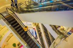 曼谷,泰国, 2018年2月02日:室内在观点的未认出的人民上购物在泰国模范商城  免版税库存照片