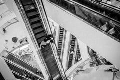 曼谷,泰国, 2018年2月02日:室内观点的未认出的人民在泰国模范商城购物在曼谷 库存图片