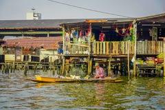 曼谷,泰国, 2018年2月08日:室外观点的小船的未认出的人,浮动市场在泰国 免版税图库摄影