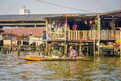 曼谷,泰国, 2018年2月08日:室外观点的小船的未认出的人,浮动市场在泰国 库存图片